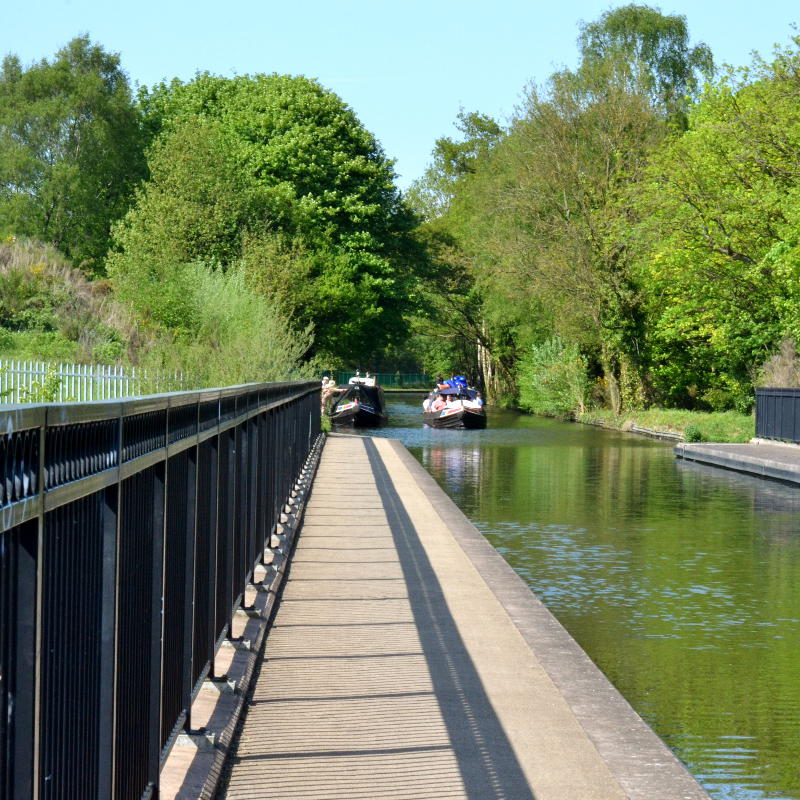 A boat approaches Selly Oak aqueduct