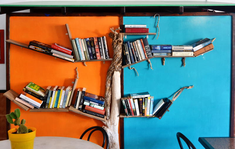 Bookshelves designed like the branches of a tree
